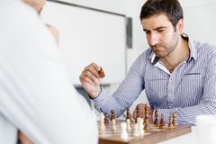下棋的两年轻人画象  免版税库存图片