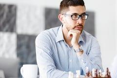 下棋的两年轻人画象  免版税库存照片