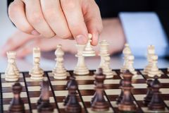 下棋的成熟商人 免版税库存照片