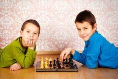 下棋的新男孩 免版税库存照片