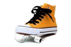 下残破的电灯泡运动鞋 免版税库存照片