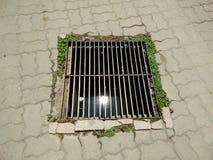 下水道在城市街道的人孔盖 库存照片