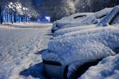下汽车雪 冬天天气车 在路的雪阻拦的汽车,交通街道雪麻痹  库存照片