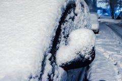 下汽车雪 冬天天气车 在路的雪阻拦的汽车,交通街道雪麻痹  库存图片