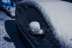 下汽车雪 冬天天气车 在路的雪阻拦的汽车,交通街道雪麻痹  图库摄影