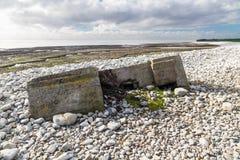 下沉入pebbled海滩, Aberthaw的第二次世界大战药盒 免版税库存图片