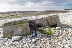 下沉入pebbled海滩, Aberthaw的第二次世界大战药盒 库存照片