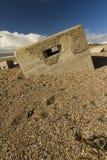下沉入pebbled海滩, Chesil银行的第二次世界大战药盒 图库摄影