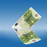 100下沉在水中的欧元笔记 库存图片