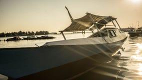 下沉的小船传统与木颜色和晴朗的太阳光 图库摄影