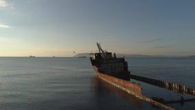 下沉的船在海 射击 海的顶视图有一艘凹下去的船的 老小船崩溃在海 股票录像