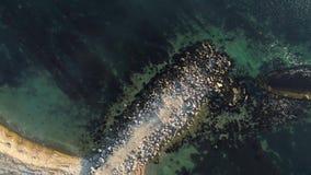 下沉的船在海 射击 海的顶视图有一艘凹下去的船的 老小船崩溃在海 股票视频
