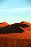 下沙丘浅兰的namib红色天空 库存图片