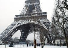 下法国巴黎雪 免版税图库摄影