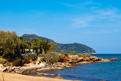 下海滩蓝色清楚的地中海天空 库存图片