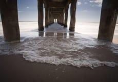 下海滩风险长的曼哈顿码头 免版税图库摄影