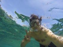 水下游泳者的selfie 图库摄影