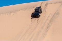 下滑在沙丘下的汽车 库存照片