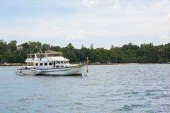 下潜在海的小船公园在酸值Lipe海岛,泰国 免版税库存照片
