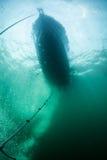 下潜小船和船锚线 免版税库存照片