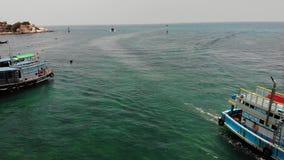 下潜小船用设备在海 马达下潜漂浮在蓝色海水的小船用设备和坦克在酸值陶附近 股票视频