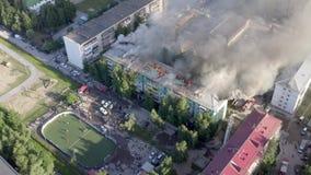 下瓦尔托夫斯克,俄罗斯- 2019年7月1日:消防队员熄灭在住宅高层建筑物的屋顶的火 股票录像