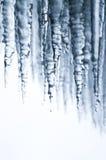 滴下用在尼亚加拉瀑布后的水的凉快的冰柱 免版税库存照片