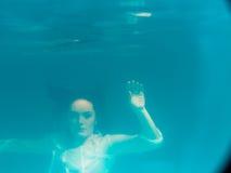 水下的在游泳池的女孩佩带的比基尼泳装 免版税库存图片