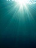 水下的太阳光芒 免版税库存图片