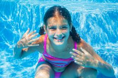 水下的女孩 免版税库存图片