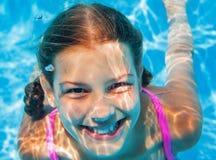 水下的女孩 免版税图库摄影