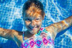 水下的女孩 免版税库存照片