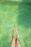 水下的妇女的腿 免版税图库摄影