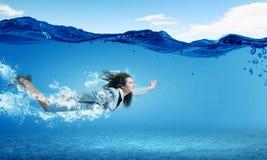 水下的妇女 免版税图库摄影