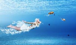 水下的妇女 免版税库存图片