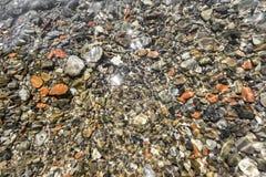 水下的小卵石 免版税库存照片