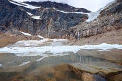 水下的岩石和冰山在冰碛湖 免版税库存照片