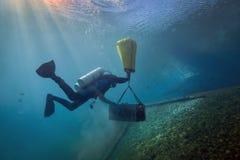 水下的岩石搬运工-漩涡春天 免版税库存照片