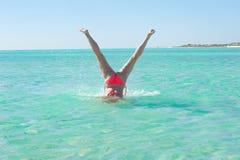 水下的手倒立少妇热带海滩 免版税库存照片