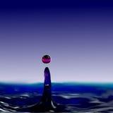 滴下的流体、球和一个水柱不同的颜色  图库摄影