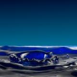 滴下的流体,从水的一个小展开的火山口 库存图片