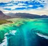 水下的瀑布的鸟瞰图 毛里求斯 免版税库存图片