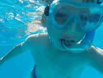 水下的男孩 免版税库存照片