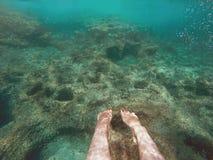 水下的红色钉牢脚青少年 库存照片