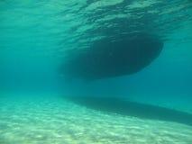 水下的船 免版税库存照片