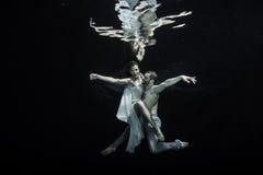水下的跳芭蕾舞者 免版税库存图片
