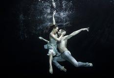 水下的跳芭蕾舞者 免版税图库摄影