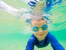 水下的年轻男孩乐趣在有风镜的海 暑假乐趣 图库摄影