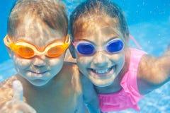 水下的画象孩子 免版税库存照片