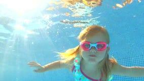 水下看法女孩佩带 股票录像